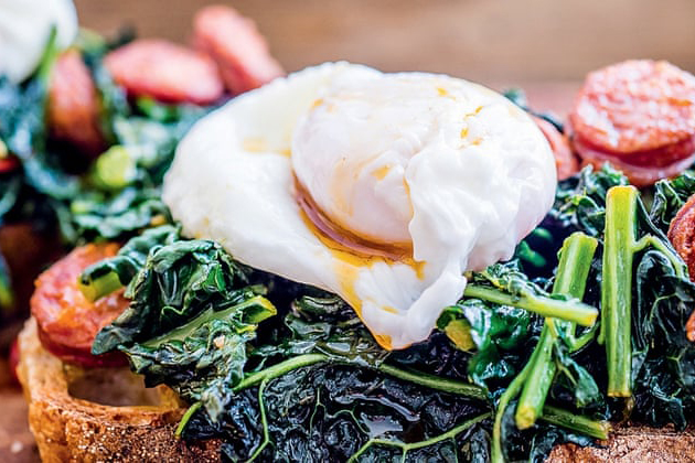 CARBOHYDRATE FREE RICE RECIPE WITH KALE, VIENNA AND EGG DISH.