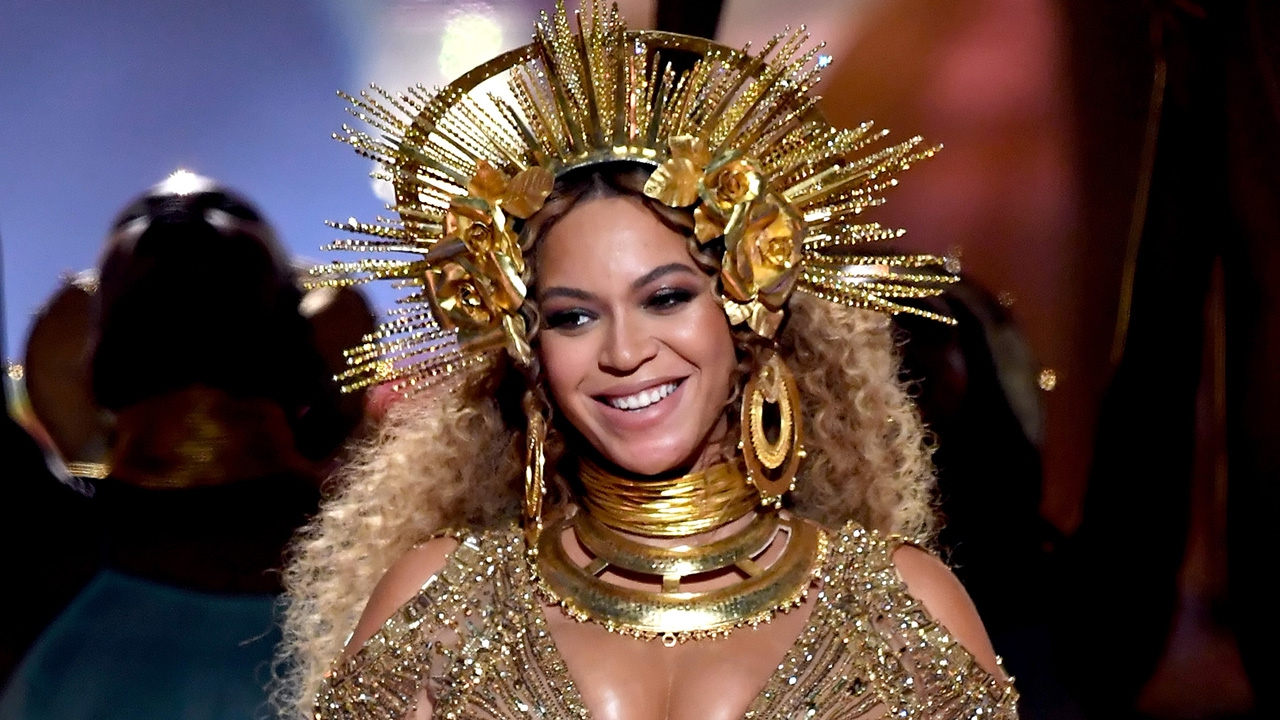 HOW TO WEAR GOLDEN ACCESSORIES IN HAIR: TOP 5 TIPS