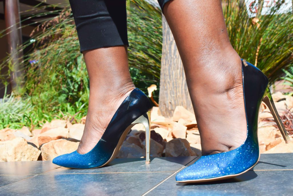 how to wear ombre heels, black and blue heels